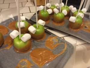 how-to-dyi-minnie-mickey-mouse-caramel-apples